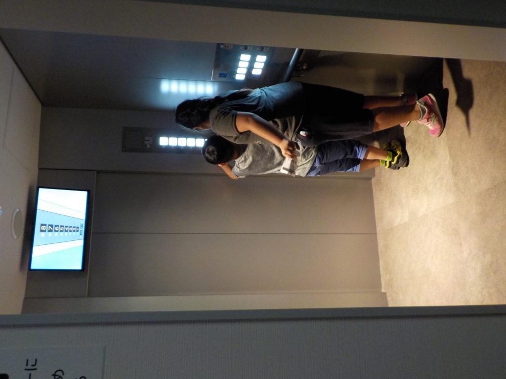 地震でエレベーターが停止したときのシュミレーションを体験