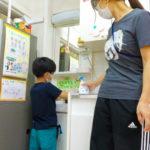 手が乾いたら学んだ手洗いの手順を思い出しながら手を洗います。