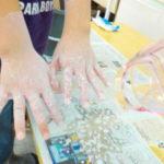 片栗粉を水に溶かしたものを手につけてドライヤーで乾かします。